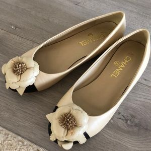 Chanel genuine leather camellia flats beige/black